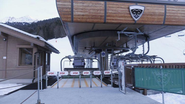 Des remontées mécaniques à l'arrêt dans la station de ski de La Clusaz, en Haute-Savoie, le 22 décembre 2020. (GIACOMO ITALIANO / HANS LUCAS / AFP)