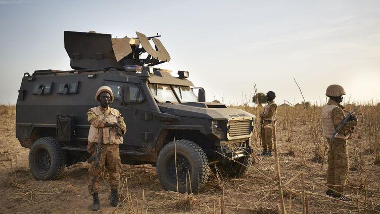 Un groupe de l'armée du Burkina Faso patrouille dans la région du Soum au nord du pays, lors d'une opération conjointe avec l'armée française le 9 novembre 2019. (MICHELE CATTANI / AFP)