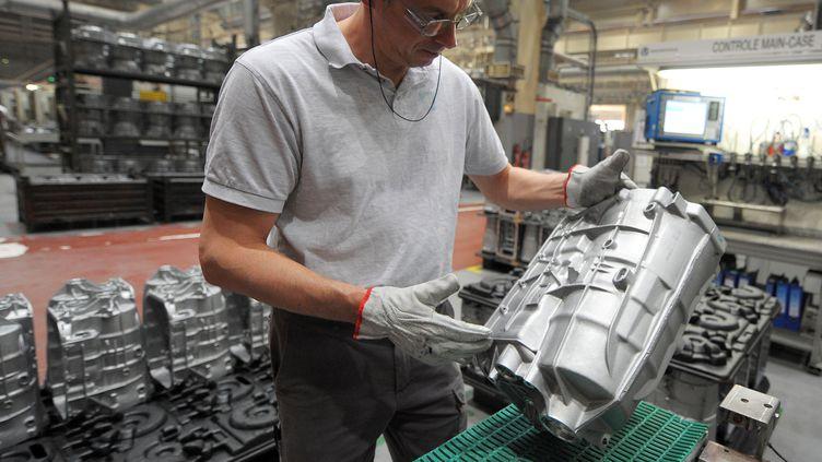 Un homme travaille sur un motopropulseur automatique sur le site de Strasbourg de General Motors, le 4 avril 2011. (FREDERICK FLORIN / AFP)