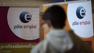 Un homme passe devant une affiche Pôle emploi, le 8 mars 2017 à Dunkerque (Nord). (PHILIPPE HUGUEN / AFP)