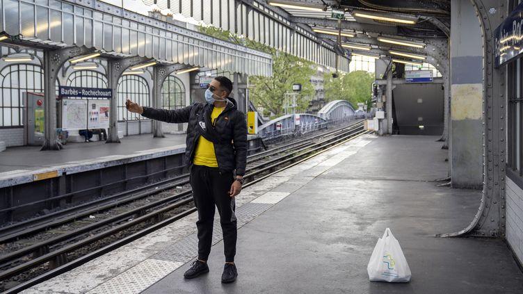 Un jeune homme avec un masque à la station de métroBarbès-Rochechouart, le 17 avril 2020, à Paris. (FRANCK RENOIR / HANS LUCAS / AFP)
