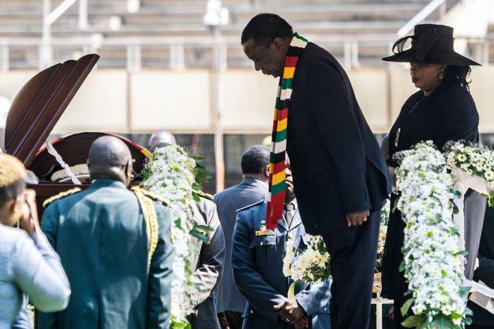Le président du Zimbabwe Emmerson Mnangagwa et sa femme Auxilia lors d'une cérémonie d'adieu à Robert Mugabe à Harare le 14 septembre 2019, une semaine après le décès de l'ancien président. (ZINYANGE AUNTONY / AFP)