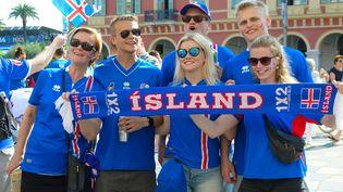 Des supporters de l'Islande à Nice (Alpes-Maritimes), le 27 juin 2016, quelques heures avant leur huitième de finale de l'Euro contre l'Angleterre. (ERICK GARIN / AFP)