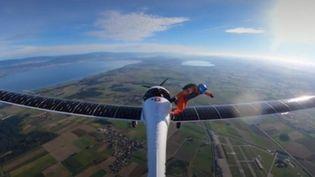 Raphaël Domjan accomplissant sa chute libre à partir d'un avion solaire (FRANCEINFO)