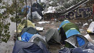 Des tentes occupées par des migrants à côté du canal Saint-Martin à Paris en février 2018. (PATRICK KOVARIK / AFP)