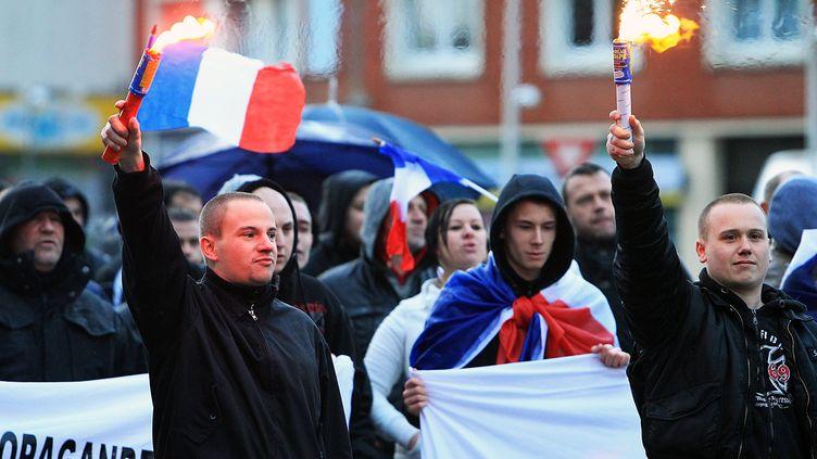 Des manifestants anti-migrants participent à un rassemblement, le 11 janvier 2014, à Calais (Pas-de-Calais). (MAXPPP)