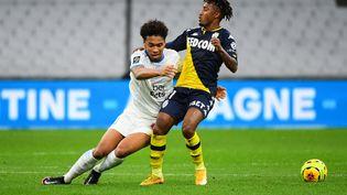 Gelson Martins (Monaco) à la lutte avec Boubacar Kamara (Marseille), le 12 décembre 2020. (CLEMENT MAHOUDEAU / AFP)