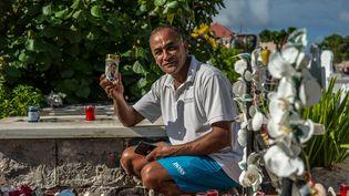 Farid va déposer sur la tombe de Johnny Hallyday à Saint-Barthélémy une bougie que sa belle-mère lyonnaise a fait fabriquer exprès. (MATTHIEU MONDOLONI / RADIO FRANCE)
