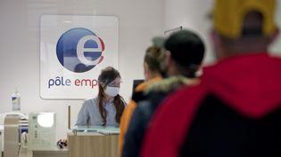 Des demandeurs d'emploi font la queue dans une agence Pôle emploi à Gap (Hautes-Alpes), le 25 mars 2021. (THIBAUT DURAND / HANS LUCAS / AFP)