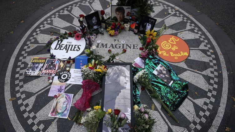 Hommage de ses fans à John Lennon, à Central Park (New York), le 8 décembre 2020 (TIMOTHY A. CLARY / AFP)
