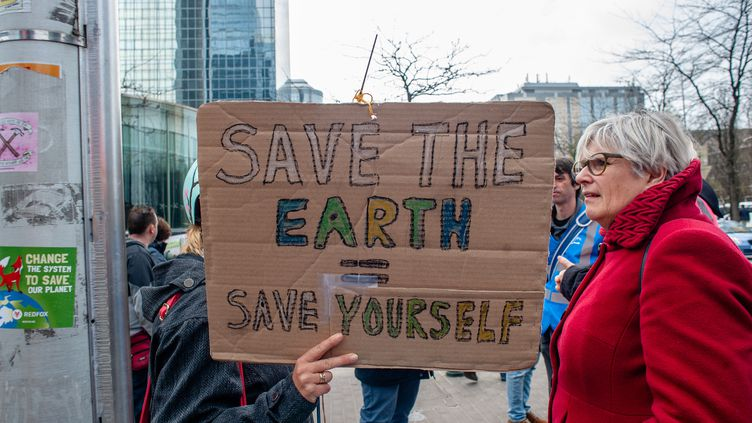 Des personnes manifestent pour la protection du climat et la lutte contre le réchauffement climatique, le 31 mars 2019 à Bruxelles. (ROMY ARROYO FERNANDEZ / NURPHOTO / AFP)
