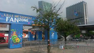 """La """"fan zone"""" de Lille prend forme au parc Matisse, dans le quartier d'Euralille, le 5 juin 2016. (FRANCE 3 NORD-PAS-DE-CALAIS)"""