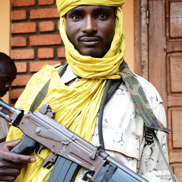 Un combattant de la Séléka pose avec son arme, à Bangui (Centrafrique), le 25 juillet 2013. (XAVIER BOURGOIS / AFP)