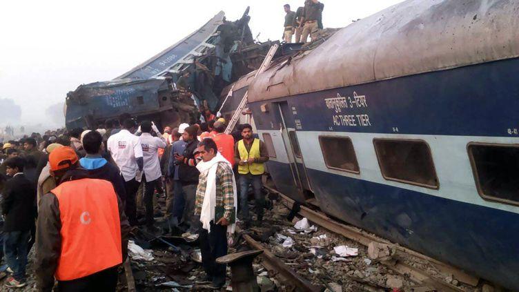 Un train a déraillé dans l'Uttar Pradesh à proximité de la ville de Kanpur (Inde), tôt dimanche20 novembre 2016. (AFP)