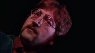 """John Lennon dans le clip des Beatles """"A day in the life"""" (1967)  (Capture image)"""