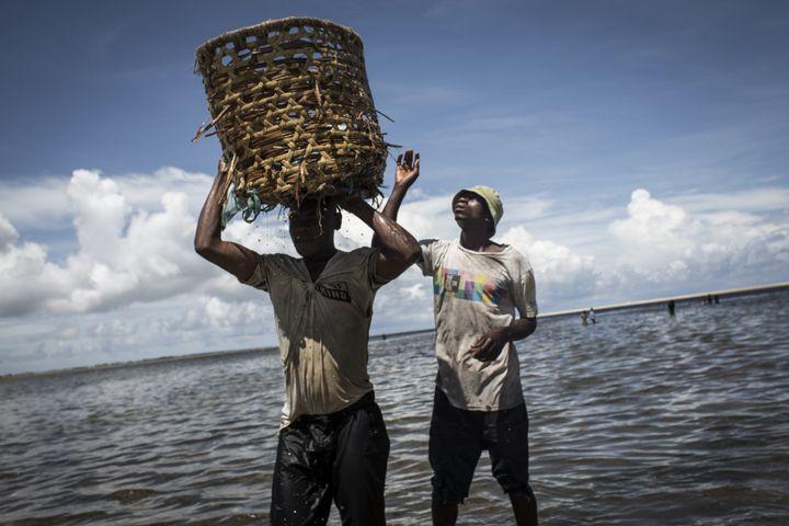Pêcheurs mozambicains à Palma, sur le littoral du Cabo Delgado, dans le nord du Mozambique le 16 février 2017. C'est au large de ces côtes qu'ont été découverts d'importants gisements de gaz naturel. (JOHN WESSELS / AFP)