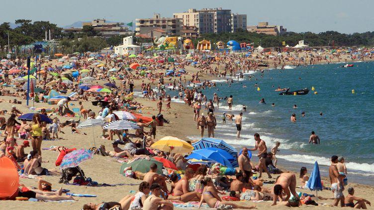 Une importante foule profite du beau temps, le 30 juin 2013, sur une plage d'Argelès-sur-Mer (Pyrénées-Orientales). (RAYMOND ROIG / AFP)