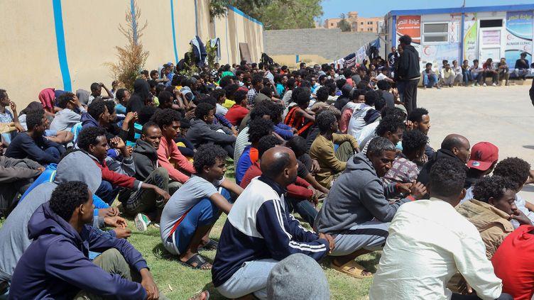 Migrants subsahariens dans le centre de détention deZawiya (ouest de la capitale libyenne Tripoli), le 27 avril 2019 (MAHMUD TURKIA / AFP)