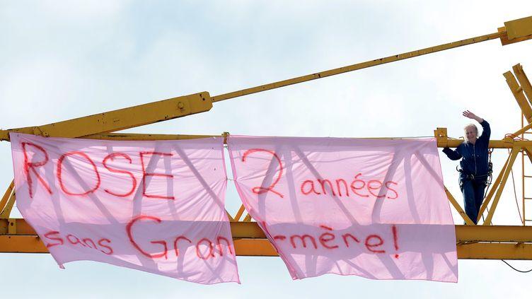 April Reiss, une Américaine de 70 ans surune grue à Privas (Ardèche) pour demander à voir Rose, sa petite-fille qu'elle n'a pas vue depuis deux ans. (PHILIPPE DESMAZES / AFP)