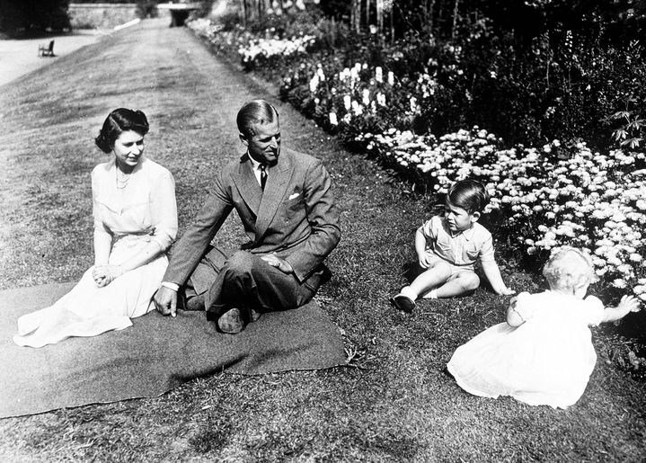 (Scène de famille en 1951 avec le prince Philip, le petit prince Charles et la princesse Anne. © Maxppp)