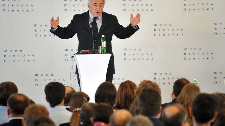 Dominique Strauss-Kahn devant des étudiants ukrainiens pour une conférence sur le futur de l'économie mondiale, le 4 avril 2012, à Kiev. (SERGEI SUPINSKY / AFP)