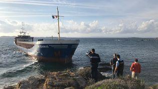Un navire, le Rhodanus, qui transporte 2600 tonnes d'acier, a touché dimanche 13 octobre la côte au niveau de la plage de Cala Longa, sur la commune de Bonifacio en Corse, avec sept passagers à bord. (MAXPPP)