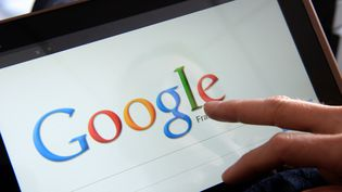 Un internaute fait une recherche sur Google depuis sa tablette tactile, le 13 mai 2013 à Rennes (Ille-et-Vilaine). (DAMIEN MEYER / AFP)