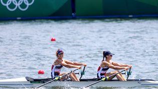 Laura Tarantola et Claire Bové, médaillées d'argent en deux de couple poids léger, le 29 juillet. (AGENCE KMSP / KMSP / AFP)
