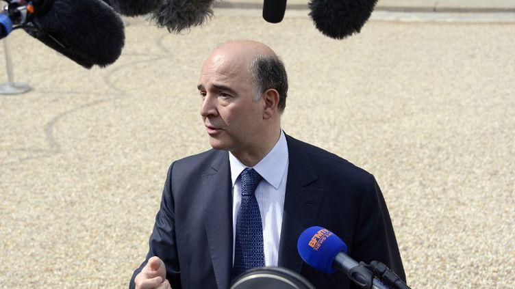 Le ministre de l'Economie, Pierre Moscovici, répond aux questions des journalistes à la sortie du Conseil des ministres, le 15 mai 2013, à Paris. (BERTRAND GUAY / AFP)