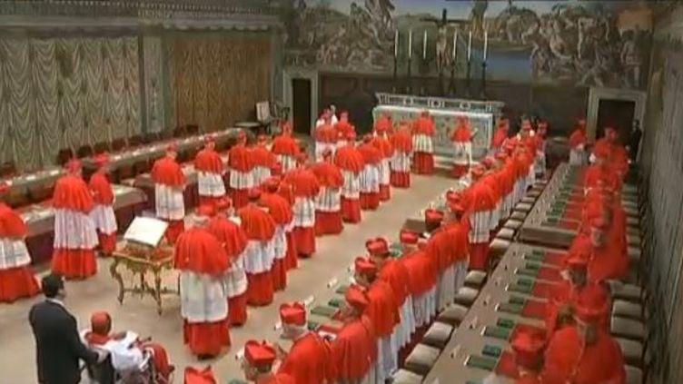 Les 115 cardinaux électeurs appelés à choisir le nouveau pape sont entrés dans la chapelle Sixtine, ce mardi 12 mars 2013. (FRANCETV INFO / EVN)
