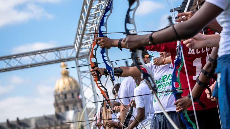 Paris, le 23 juin 2017. Journée olympique pour soutenir la candidature de Paris aux JO de 2024. Illustration d'initiation au tir à l'arc pour les enfants face aux Invalides.   (MAXPPP)