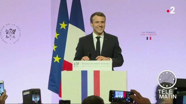 Emmanuel Macron tente de séduire les maires