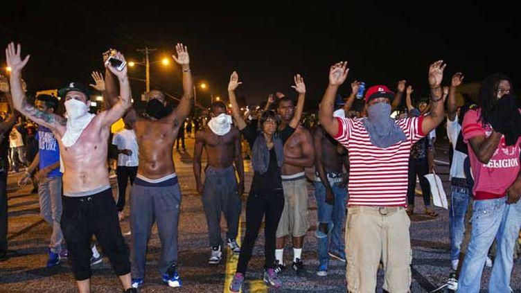 (Manifestants à Ferguson durant la nuit de lundi à mardi © Reuters)