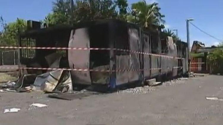Des locaux incendiés à Saint-Denis de La Réunion après des émeutes dans la nuit de mercredi 22 à jeudi 23 février 2012. (FRANCE 2 ET RÉUNION 1ÈRE)
