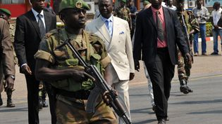 L'ancien président centrafricain François Bozizé (en costume blanc), à l'aéroport de Bangui (République centrafricaine), le 30 décembre 2012. (SIA KAMBOU / AFP)