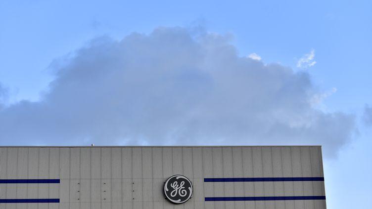 Le logo de l'entreprise General Electric à Montoir-de-Bretagne(Loire-Atlantique), le 21 novembre 2017. (LOIC VENANCE / AFP)