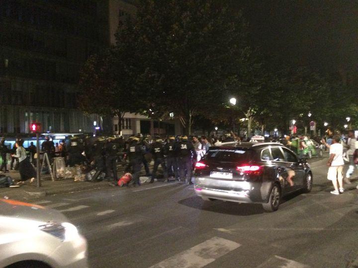 Les forces de l'ordre tentent de disperser des migrants dans le 19e arrondissement de Paris, dimanche 31 juillet 2016. (DANICA MRACEVIC JURISIC / FRANCETV INFO)