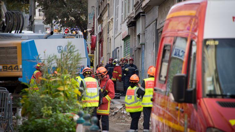 Les sauveteurs s'affairent dans les décombres des immeubles effondrés à Marseille, le 8 novembre 2018. (GERARD JULIEN / AFP)