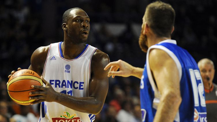 Le joueur français Florent Piétrus face à la défense grecque (GAIZKA IROZ / AFP)