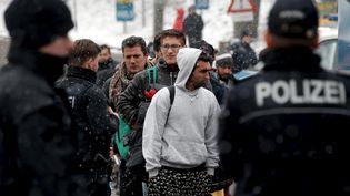 Des migrants patientent à la frontière entre l'Autriche et l'Allemagne près de Passau (Allemagne), le 22 novembre 2015. (MICHAEL DALDER / REUTERS)