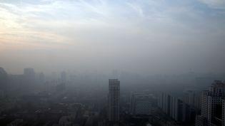 Un épais brouillard de pollution recouvre Pékin (Chine) où l'on peine à distinguer les contours des bâtiments, le 16 décembre 2016. (JASON LEE / REUTERS)