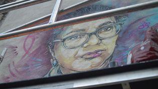 Le portrait d'Aïcha Issadounène par C215 à Saint-Ouen, la première victime du coronavirus parmi les caissières du groupe Carrefour. (VICTOR VASSEUR / FRANCE-INFO)