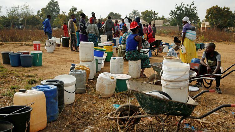 Des habitants attendent leur tour pour prendre de l'eau à un forage àMabvuku, banlieue densément peuplée de Harare, le 3 septembre 2019. (REUTERS - PHILIMON BULAWAYO / X02381)