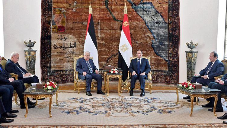 Le président égyptien, Abdel Fattah Al-Sissi, lors d'une rencontre avec le président palestinien, Mahmoud Abbas, le 1er février 2020, au palais présidentiel du Caire. (EGYPTIAN PRESIDENCY / AFP)