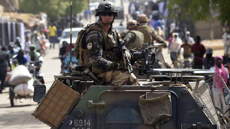 Les soldats français de l'opération Barkhane patrouillent à Gao, dans le nord du Mali, le 30 mai 2015. (PHILIPPE DESMAZES / AFP)