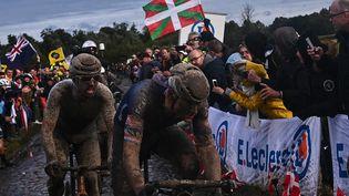 Mathieu Van der Poel et Sonny Colbrelli, dansun Paris-Roubaix d'anthologie. (ANNE-CHRISTINE POUJOULAT / AFP)