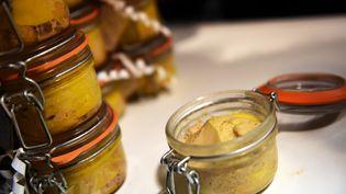 Des bocaux de foie gras sont présentés lors du salon de l'agriculture, le 26 février 2015, à Paris. (LOIC VENANCE / AFP)