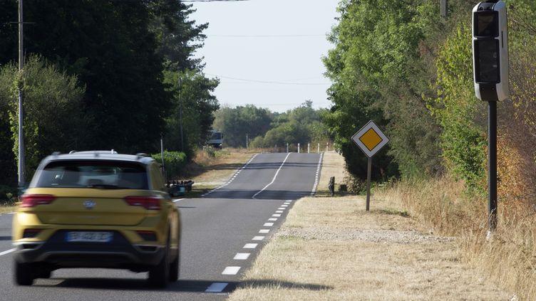 Une voiture sur une route près de Nevoy (Loiret), le 23 août 2019. (GUILLAUME SOUVANT / AFP)