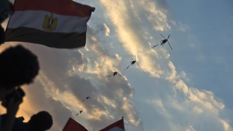 Des hélicoptères de l'armée égyptienne au-dessus du Caire (Egypte), le 1er juillet 2013. (KHALED DESOUKI / AFP)