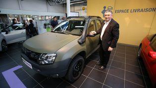 Pascal Bernard, le directeur général de Poclain Etupes, pose devant un Dacia Duster modifié pour l'armée, le 4 mai 2015 à Nancy (Meurthe-et-Moselle). (MAXPPP)